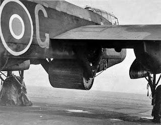 Avión británico con una bomba rodante
