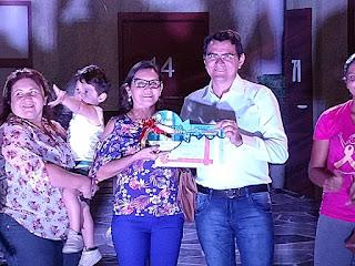 """Prefeito de Picuí entrega """"chave da cidade"""" para primeira criança nascida na """"VI semana do bebê"""""""