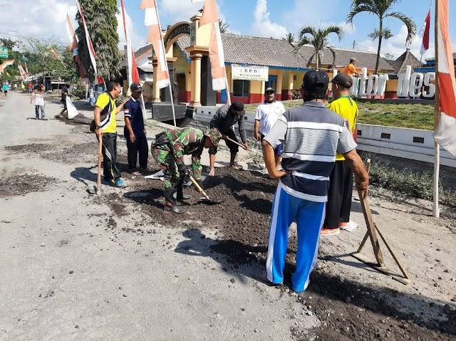 TNI, Pemdes dan Masyarakat Tambal Jalan Berlubang di Desa Kalibendo