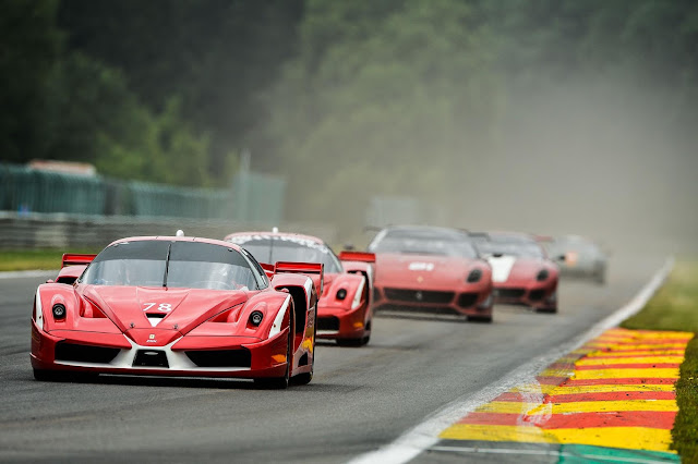 Corse Clienti XX Program in Spa, viele rote 599XX Ferraris in einer Schlange