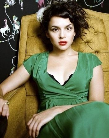 Foto de Norah Jones sentada en un sofá