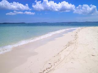 pantai pasir putih yang ada di pulau mubut darat