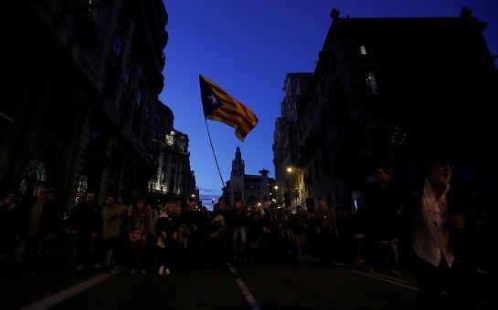 Miles de catalanes protestan contra la represión policial