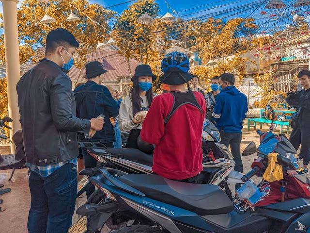 Cảnh du khách tự động đeo khẩu trang khi đi du lịch ở Đà Lạt