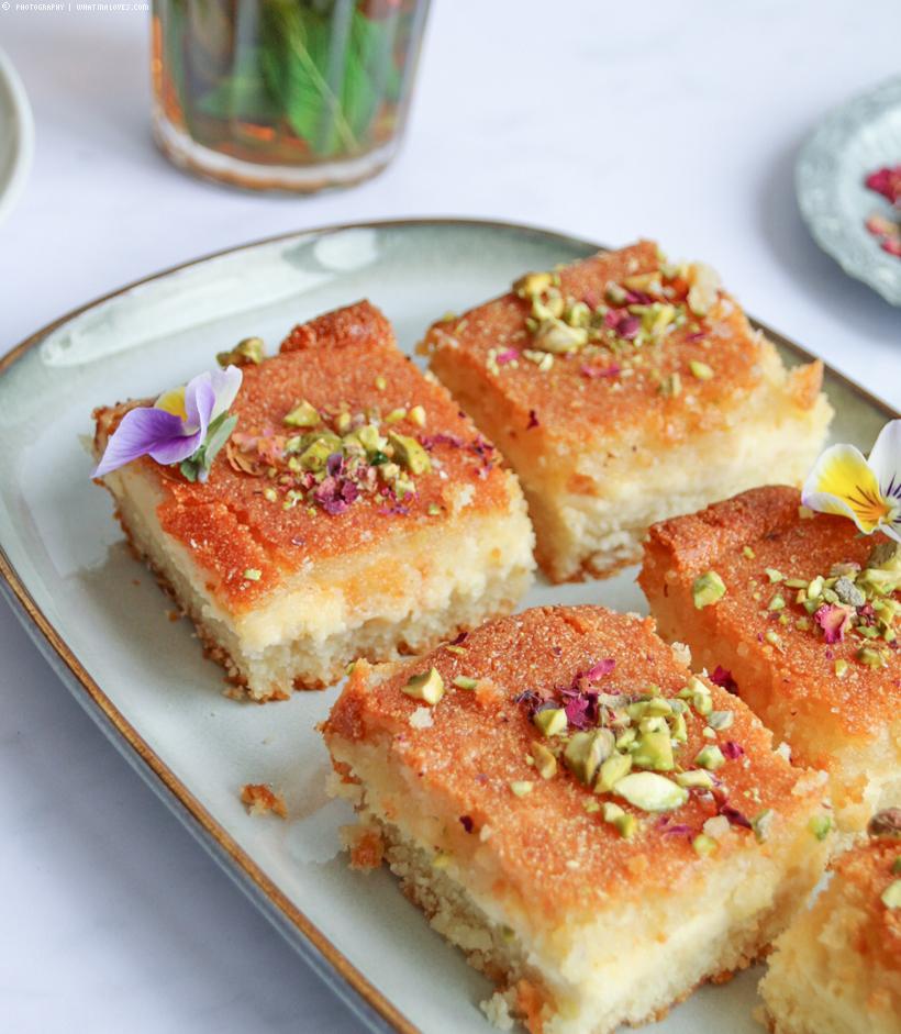 Basbousa - arabischer Grießkuchen mit Füllung