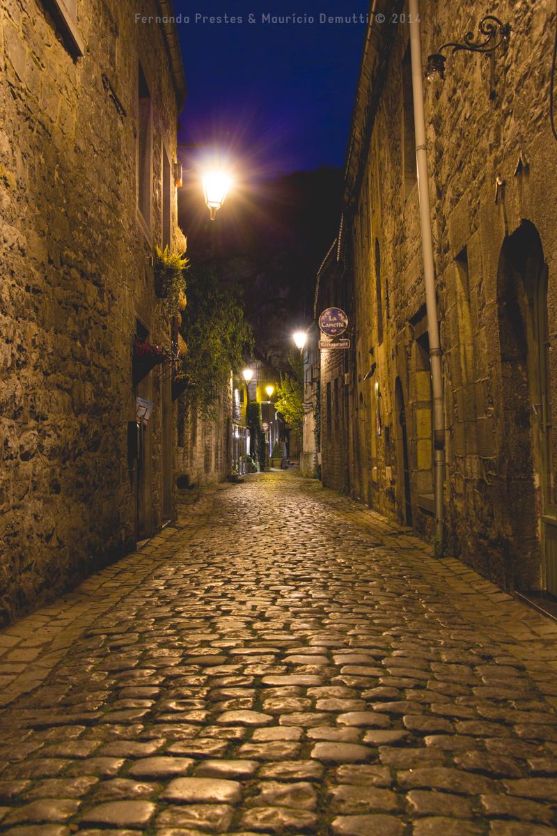 Luzes numa rua estreita em Durbuy