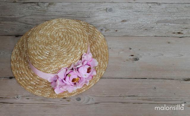 Plano desde arriba del sombrero infantil con flores para boda