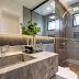 Banheiro contemporâneo cinza com bancada de quartzito Naica e porcelanato madeira no box!