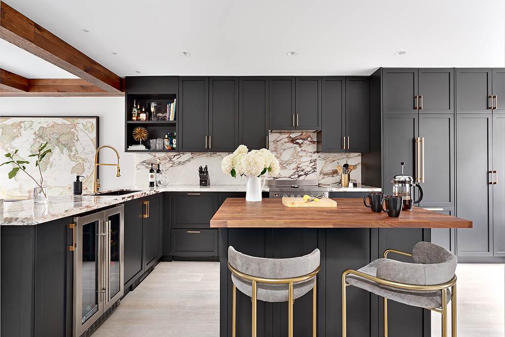 """Ideas para decorar en cuarentena: la cocina negra de la diseñadora de """"Restaurantes en Apuros"""""""