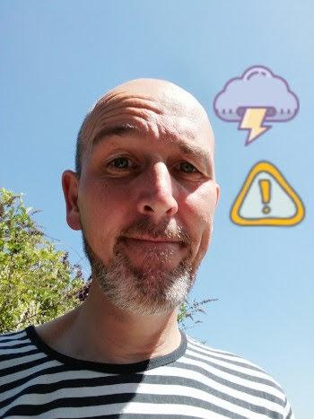 Frank Abel steht vor blauem Himmel mit komischen Gewitter-Icons