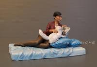 statuette personalizzate fatte a mano donna con libro e gatto bianco scultura orme magiche