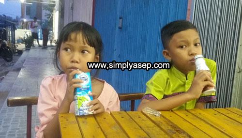 MY CHILDREN : Tazkia (8) dan Mas Abbie (10) saat bersantai di sore hari depan sebuah gerai minimarket di Kubu Raya.  Foto Asep Haryono