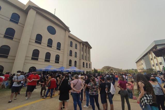 Porto Velho tem filas gigantes e aglomeração de adolescentes durante vacinação contra Covid-19