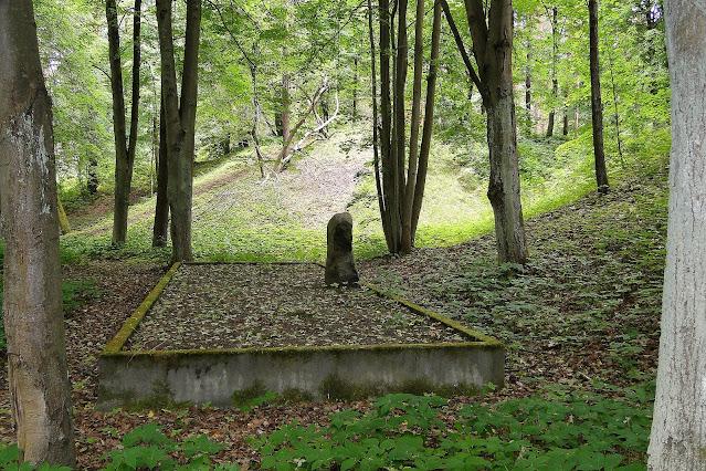 Одна из братских могил на территории Бикерниекского леса