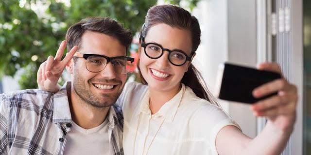 Suka Pamer Kehidupan Mesra di Media Sosial, Tanda Pernikahan Tak Bahagia!