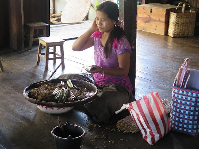 Elaboración artesanal de puros en el Lago Inle