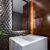 Lavabo com cuba esculpida de mármore de apoio alta com revestimentos em madeira e 3D!