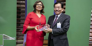 Sikkim Chief Minister Pawan Kumar Chamling receives the award from a UN representative.