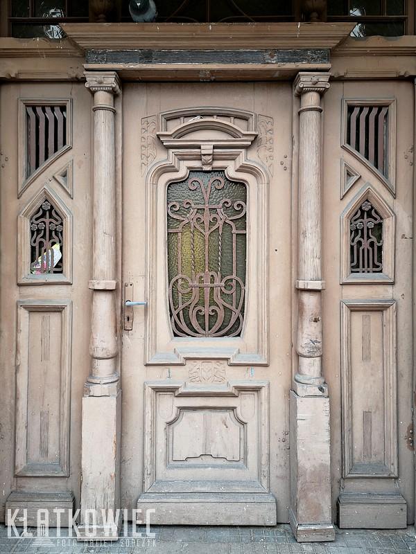 Ostrów Wielkopolski: drzwi z kolumnami