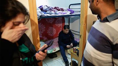 Un ciudadano de Bangladés, Amalgam Hossain de 38 años, una amiga y un activista anti-desalojo esperan noticias antes de enterarse de que su expulsión fue suspendida por un mes, Madrid, España, el 14 de diciembre de 2015.Andrea ComasReuters