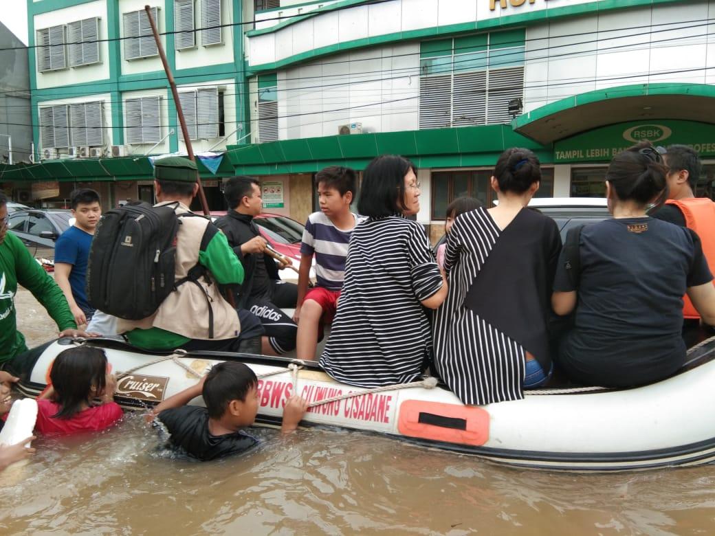 Ormas Intoleran Ini Menolong Etnis Tionghoa yang Kebanjiran