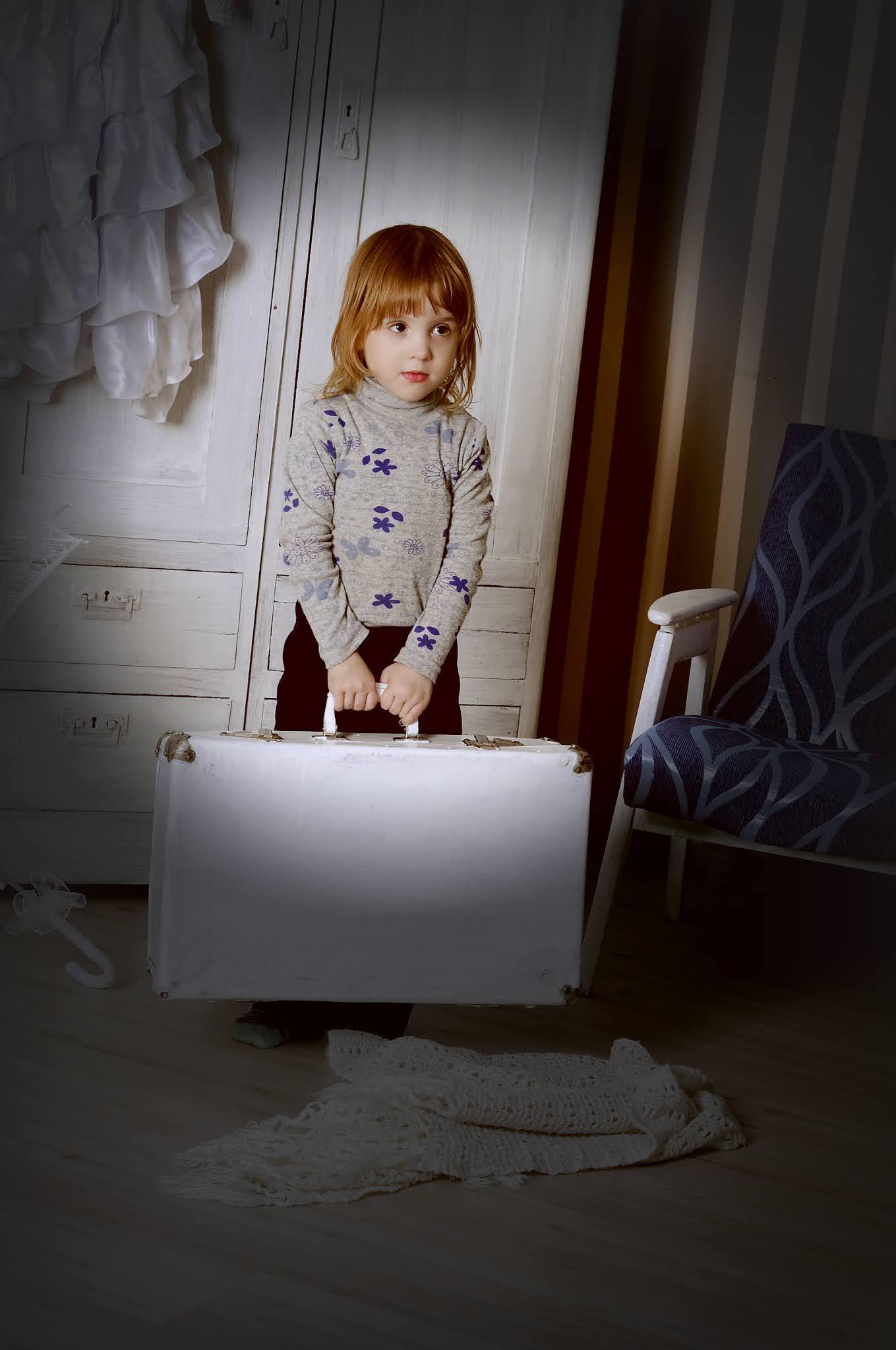 девочка с чемоданом в фотостудии