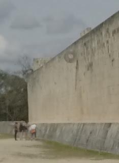 """O aro de pok ta pok em Chichén Itzá.  O """"futebol"""" Maia"""
