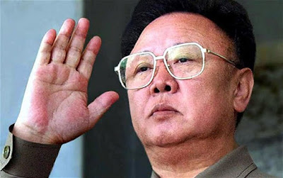 "Biografi Kim Jong Il     Program penguatan militer Korea Utara dianggap banyak pihak mengorbankan kepentingan peningkatan kesejahteraan rakyatnya yang dilansir banyak hidup susah. Selain sumber daya yang terbatas, Korea Utara juga terkena embargo dunia internasional di berbagai bidang menyangkut kebijakan program senjata nuklirnya. Di antara peristiwa yang terkenal adalah banjir besar yang melanda Korea Utara di pertengahan tahun 1990 an yang merusak lahan pertanian sehingga menimbulkan wabah kelaparan yang menewaskan 1 juta penduduknya, disertai dengan banyaknya penduduk yang menyebrang ke perbatasan Cina disertai cerita-cerita kelaparan, pelanggaran hak asasi manusia, dan penindasan lawan-lawan politik, dimana semua hal tersebut disangkal oleh pemerintah Korea Utara. Pemerintah Korea Utara menuduh Amerika dan barat lah yang mengakibatkan permasalahan yang dialami negaranya. Beberapa program bantuan makanan terbentuk antara Korea Utara dan dunia internasional dengan syarat penghentian program nuklirnya, akan tetapi seringkali pula perjanjian tersebut dibatalkan diantaranya sebagai reaksi terhadap sikap Amerika Serikat dalam memperlakukan negaranya. Korea Utara juga dekat dengan Rusia dan China, dan Kim Jong Il sendiri sering mengadakan kunjungan ke kedua negara tersebut, termasuk sebelum kematiannya beberapa hari lalu.  Kim Jong Il, yang diberi gelar ""The Dear Leader"" (Pemimpin Yang Tercinta), sebagaimana sang ayah sekaligus"