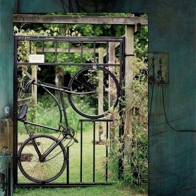 """Yang ini, menempelkan sepeda ke pintu gerbang, makanya saya sebut """"sepeda untuk pintu gerbang""""."""