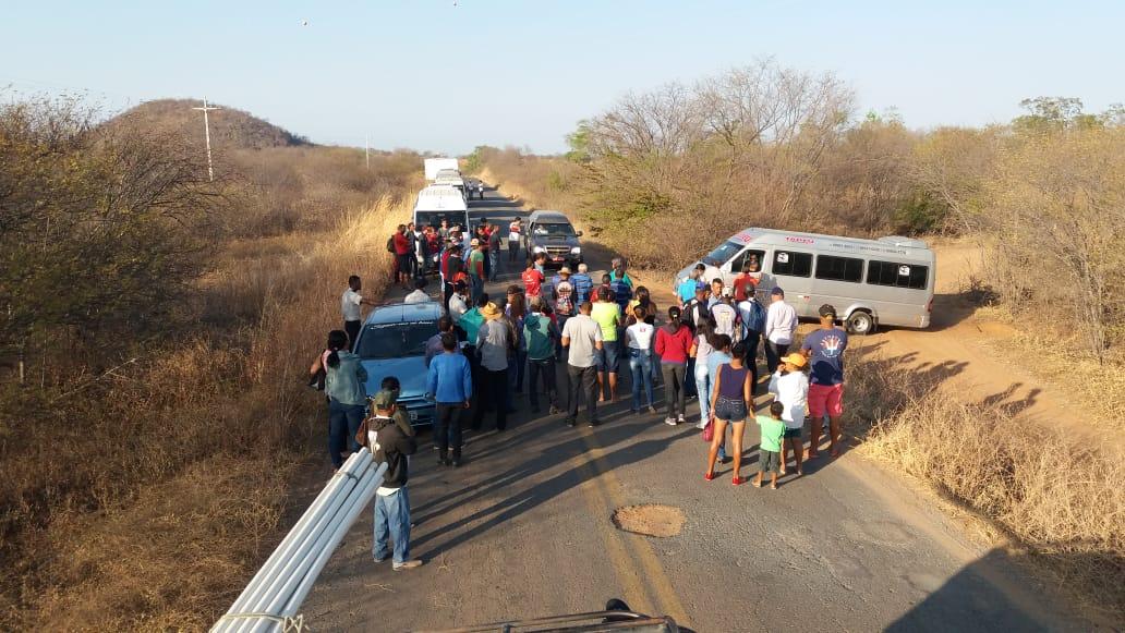 Em Bom Jesus da Lapa, motoristas de vans fecham a BA -160 em protesto contra lei do Governo Federal