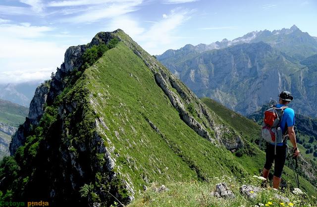 Una mirada a Peña Subes y a Picos de Europa
