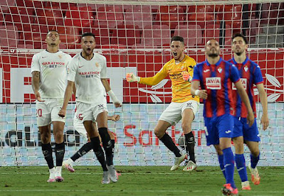 Xỏ găng bất đắc dĩ, tiền đạo cứu thua cho Sevilla