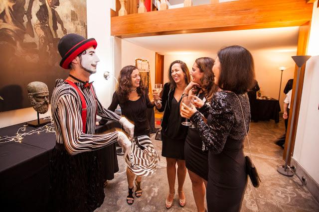 Mímico recepcionando convidados da festa de confraternização do Consulado Frances em São Paulo.
