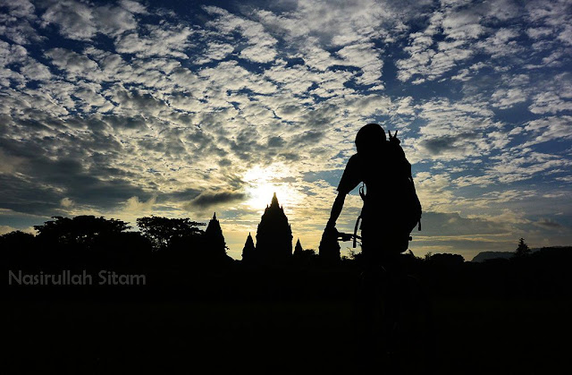 Siluet bareng sepeda di area Candi Prambanan