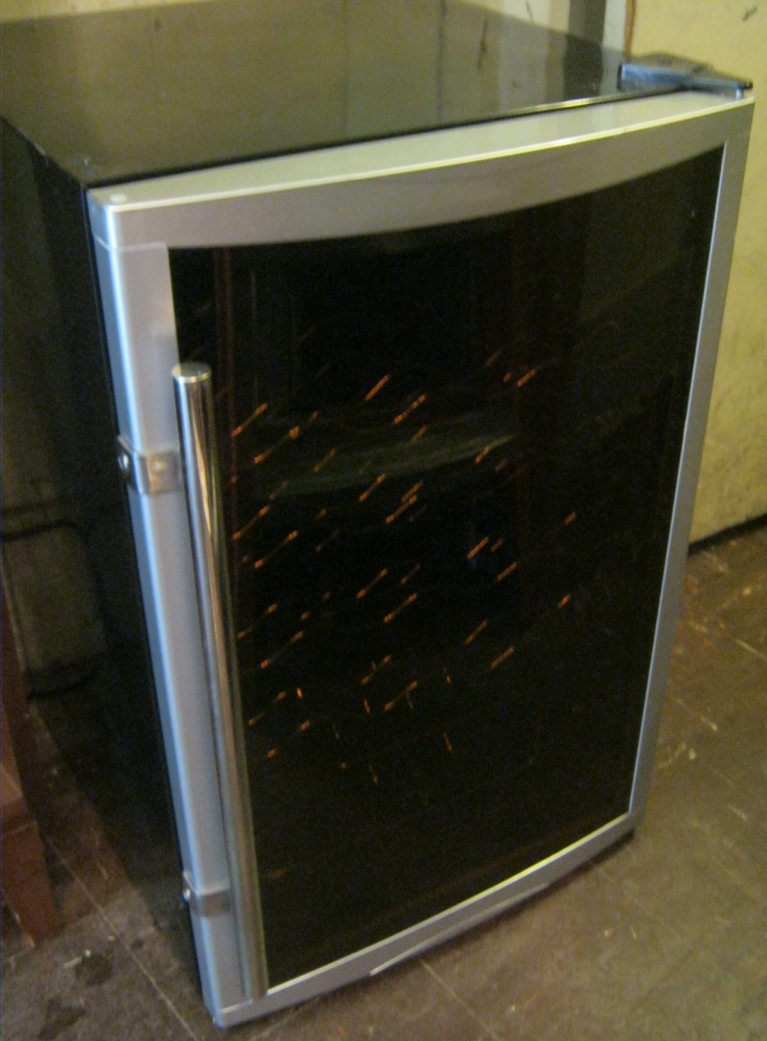 Uhuru Furniture Amp Collectibles Magic Chef Wine Fridge Sold