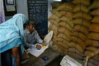 विपदा में भी भ्रष्टाचार गरीबों को बांट दिया जानवरों वाला चावल