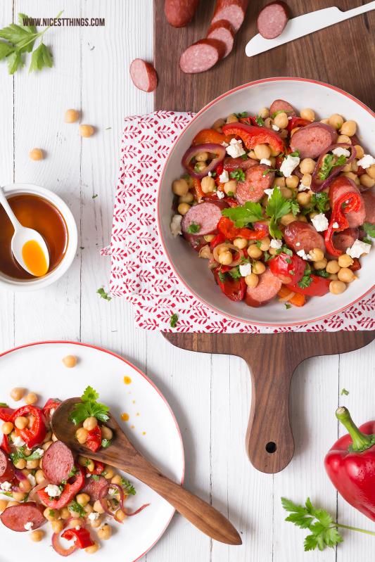 Kichererbsen Salat ungarisch mit Paprika, Balsamicozwiebeln, Feta und Kabanossi