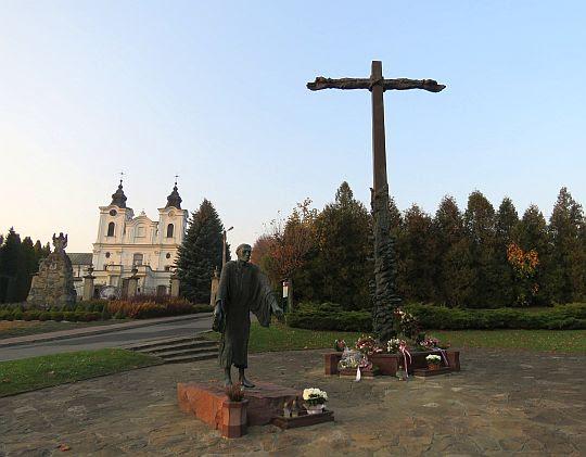 Pomnik św. Jana z Dukli i Krzyż Pojednania.