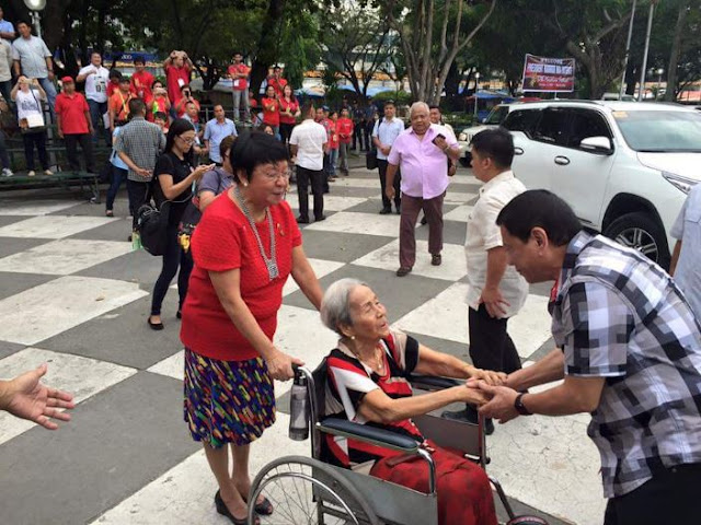 President Duterte Went Viral After Showing His Respect To An Old Lady In Bacolod City! MUST SEE!