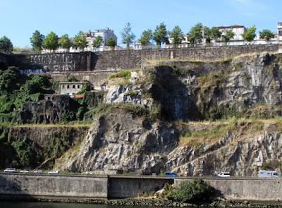 vista do Passeio das Fotainhas acima das pedras