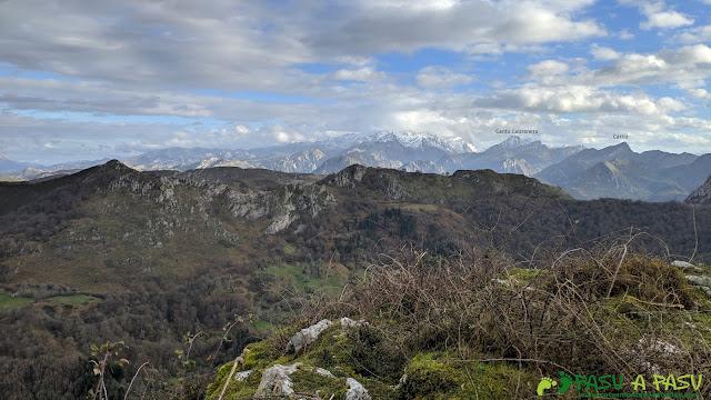 Vista desde el Alto Llerandi hacia los Picos de Europa