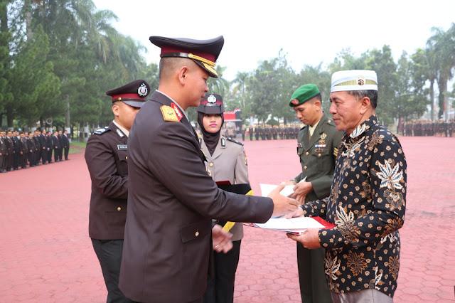 Kepling IV, Kelurahan Beting Kuala Kapias, KecamatanTeluk Nibung, Kota Tanjungbalai Syafii Atan saat menerima penghargaan.