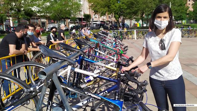 Foto de Alba Delgado, concejala de Desarrollo Sostenible, en el segundo Mercado de Bicicletas de Segunda Mano de Barakaldo