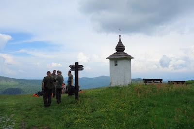 Bulandowa Kapliczka; tuż obok niej po lewej - Gorc