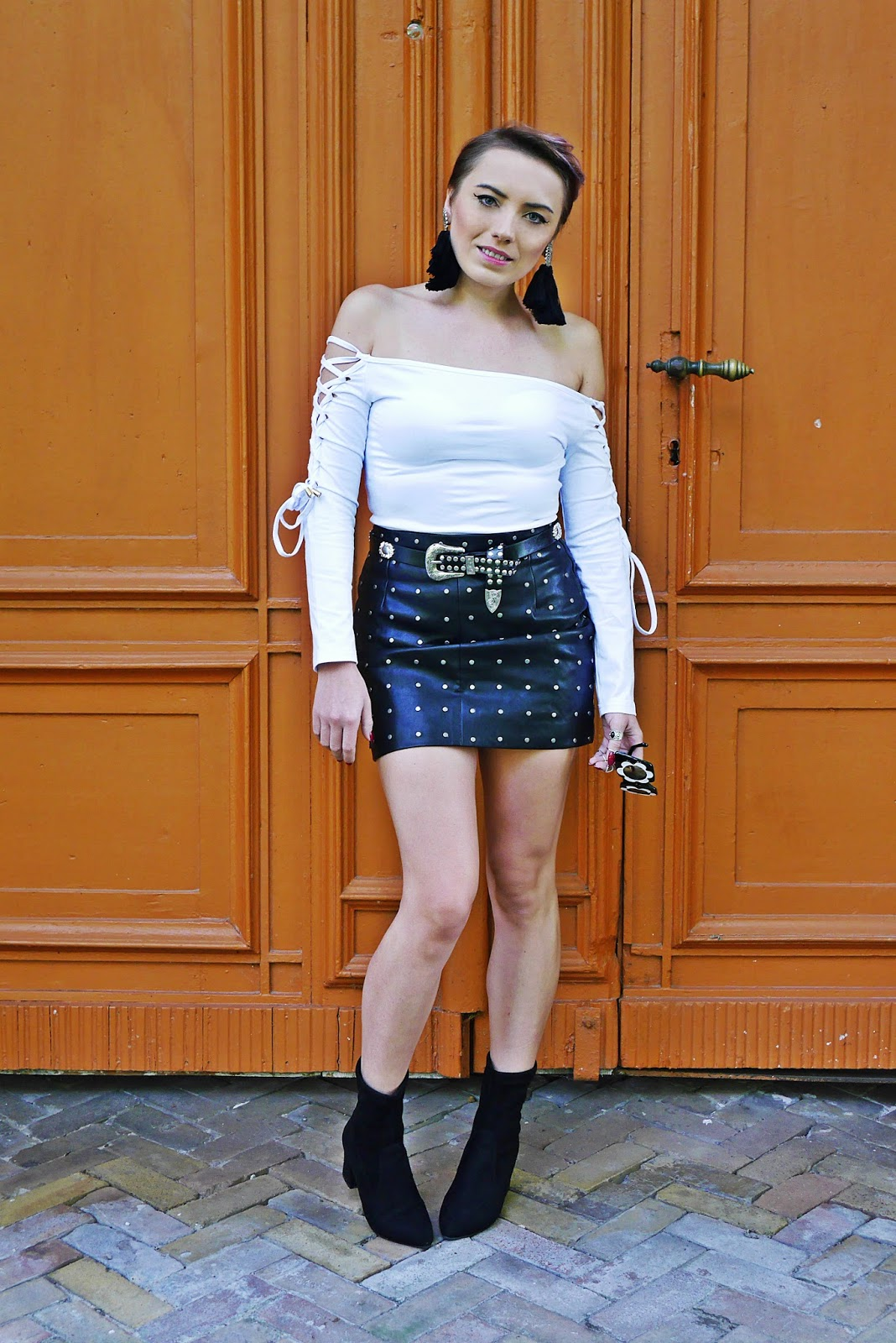 4_flower_sunglass_leather_skirt_socks_shoes_belt_white_top_karyn_blog_modowy_110917aa