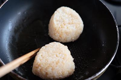 生坂村の古民家カフェ ひとつ石の料理練習 おにぎりを炒める