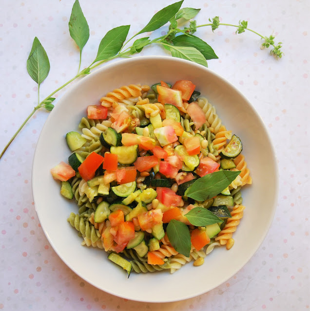 Pâtes aux courgettes, tomates et basilic