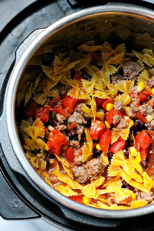 Taco Pasta Made in the Instant Pot- Want to try a delicious fusion of Mexican and Italian dishes? Then you have to make this taco pasta! It's made in the Instant Pot! | pressure cooker, recipe, dinner, easy, ground beef, InstaPot