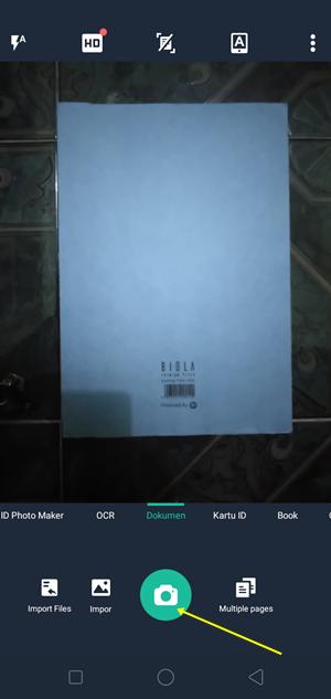 letakkan dokumen yang ingin dipindai di bawah kamera hp pada posisi sejajar dan tegak lurus agar hasil scannya tidak miring, kemudian klik icon kamera yang ada di tengah