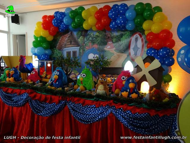 Mesa decorativa do bolo tema Galinha Pintadinha